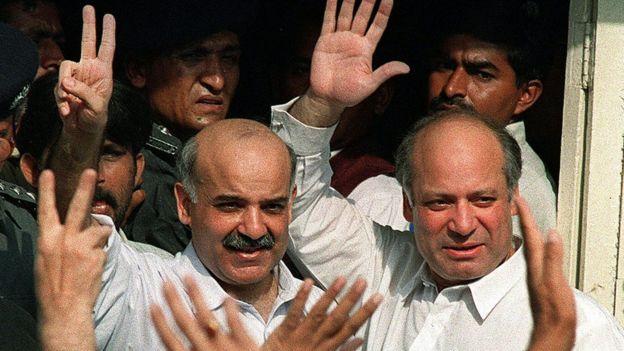 تصویر کے کاپی رائٹ Getty Images  نواز شریف اور شہباز شریف چار دسمبر 1999 کو کراچی کی ایک عدالت کے سامنے